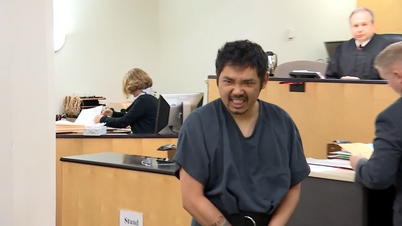 Pini Nou making faces at a TV camera in the courtroom. (KPTV)
