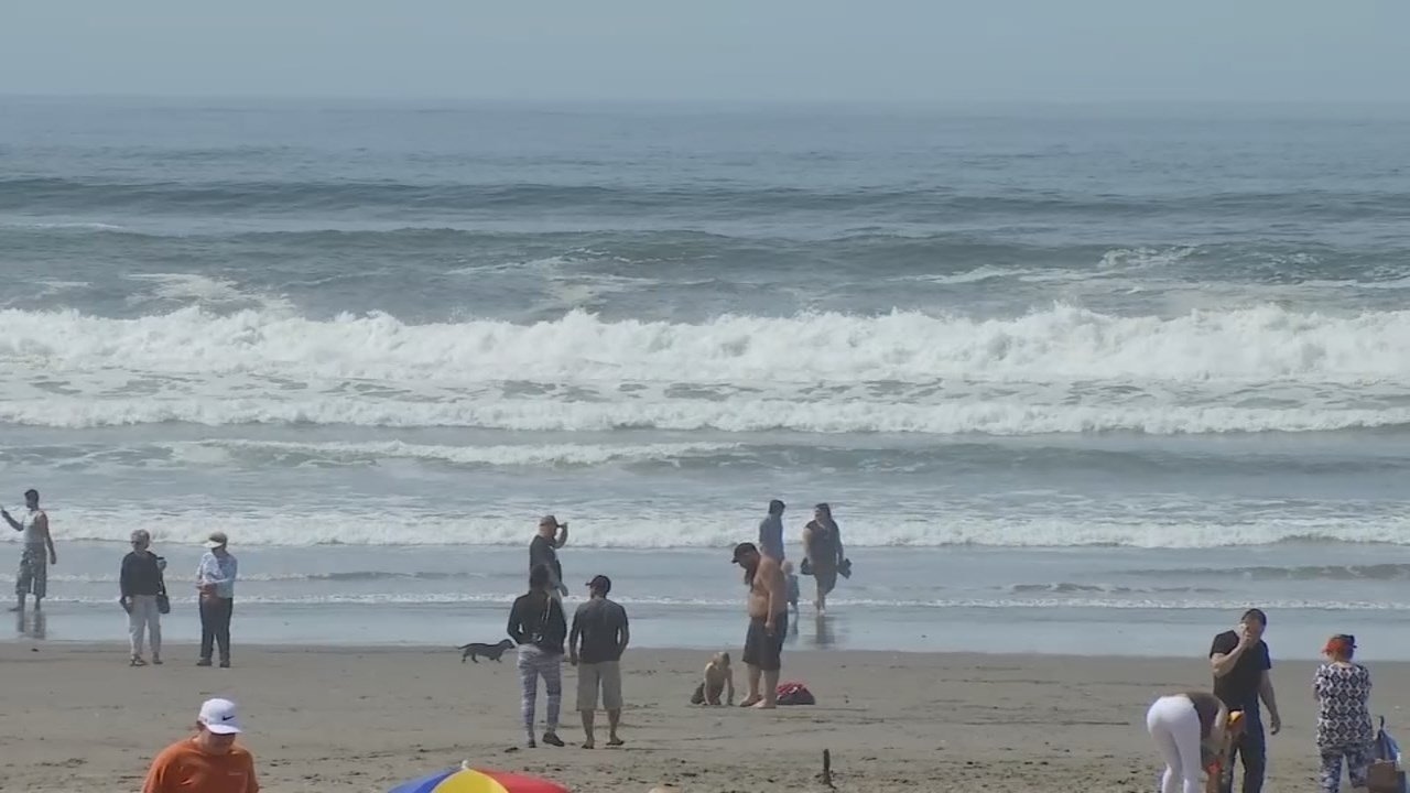 People enjoying the hot weather in Seaside (Source: KPTV)