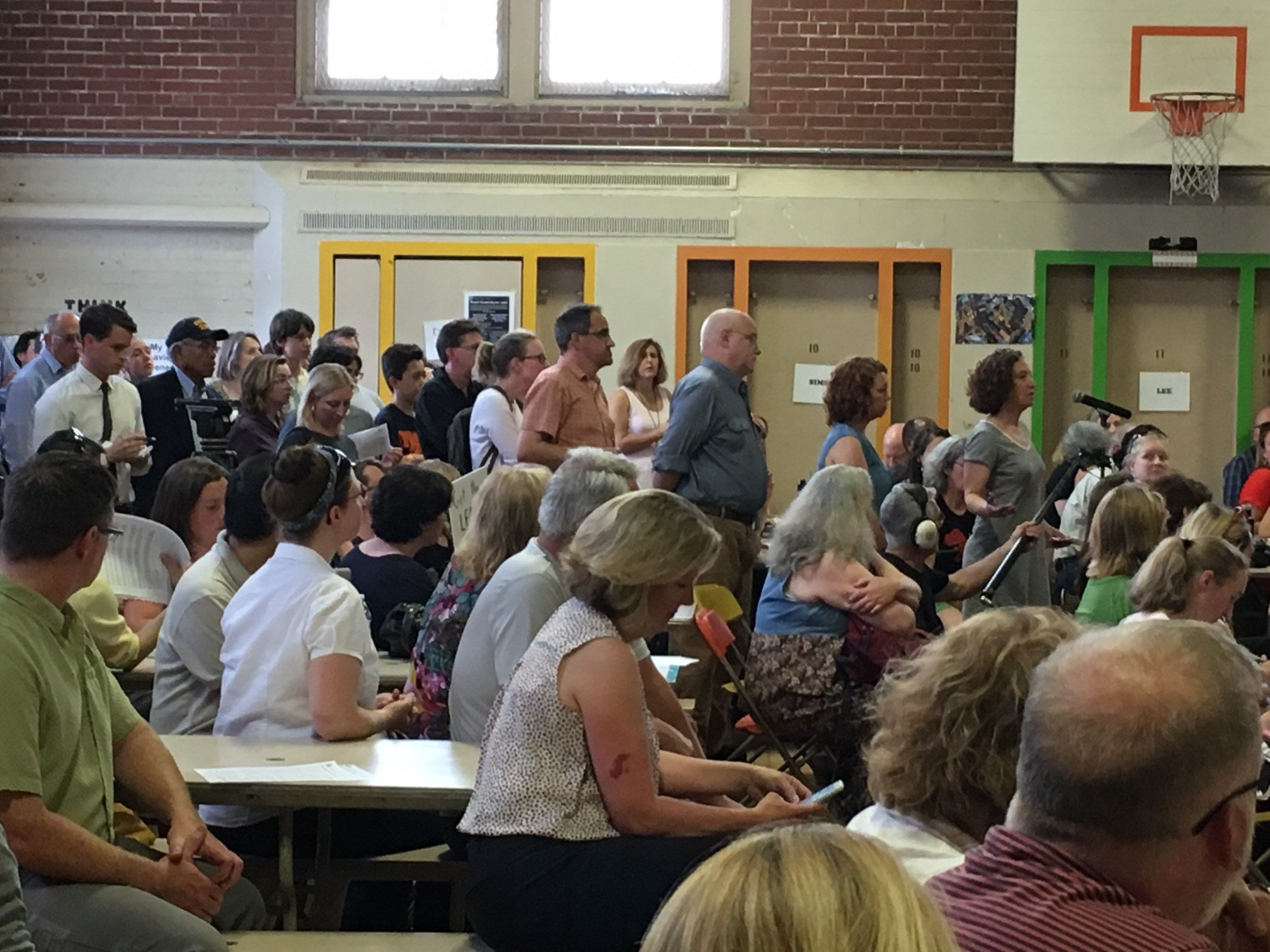 The crowd at Wednesday's community meeting over lead in the school drinking water. (KPTV)