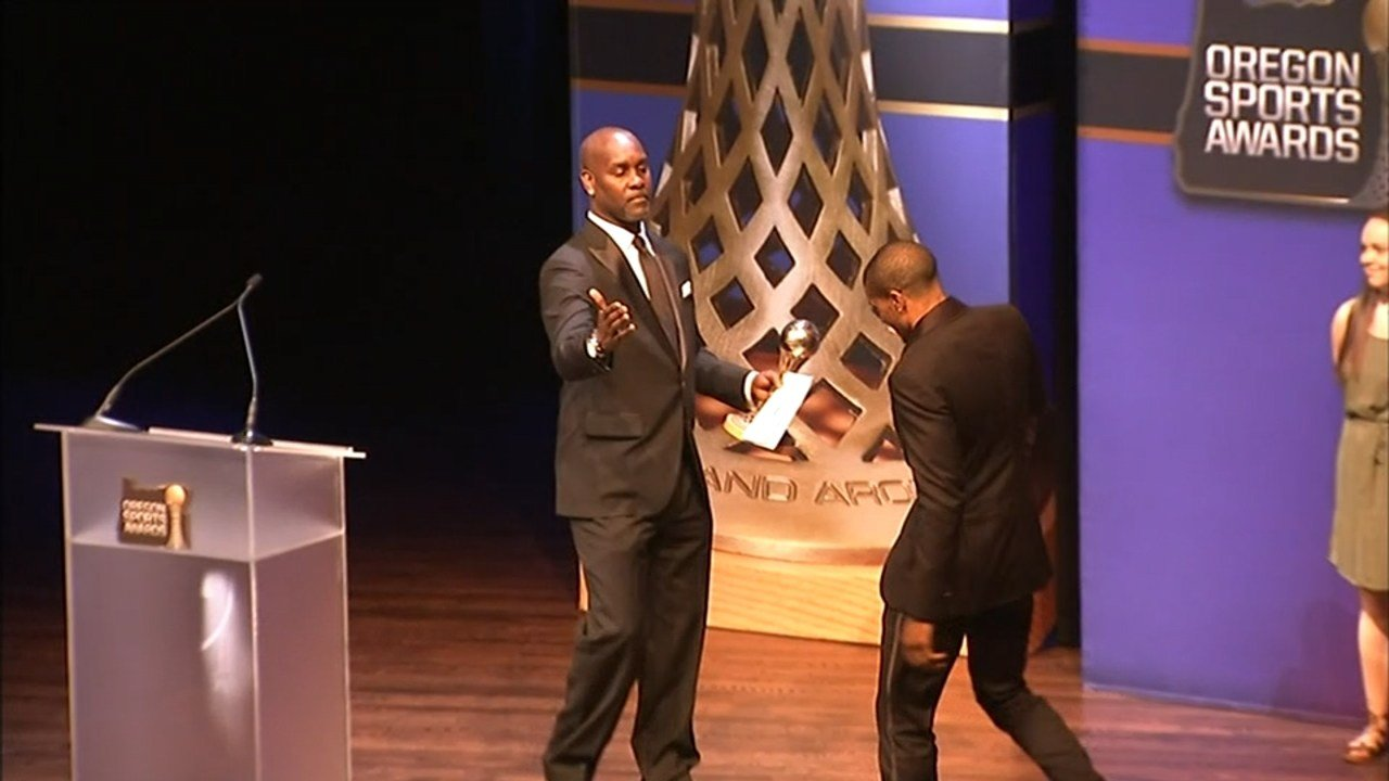 Gary Payton presenting the Bill Hayward Amateur Athlete of the Year award to his son, Gary Payton II, at the 2016 Oregon Sports Awards. (Source: KPTV)