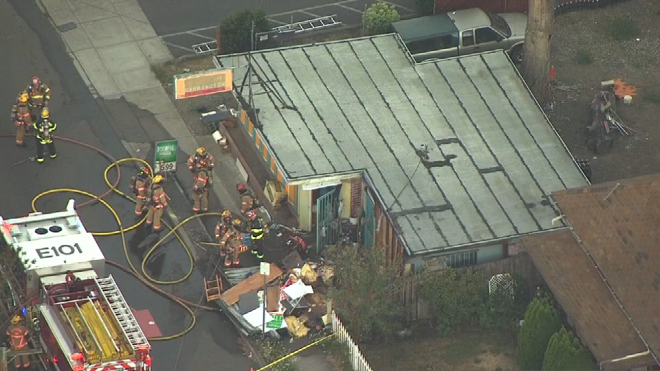 Air 12 over restaurant fire in Gladstone (KPTV)