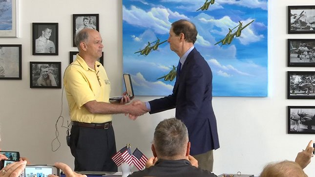 Sen. Ron Wyden presents the Distinguished Flying Cross medal to Mangas' nephew, Gary Smith. (KPTV)