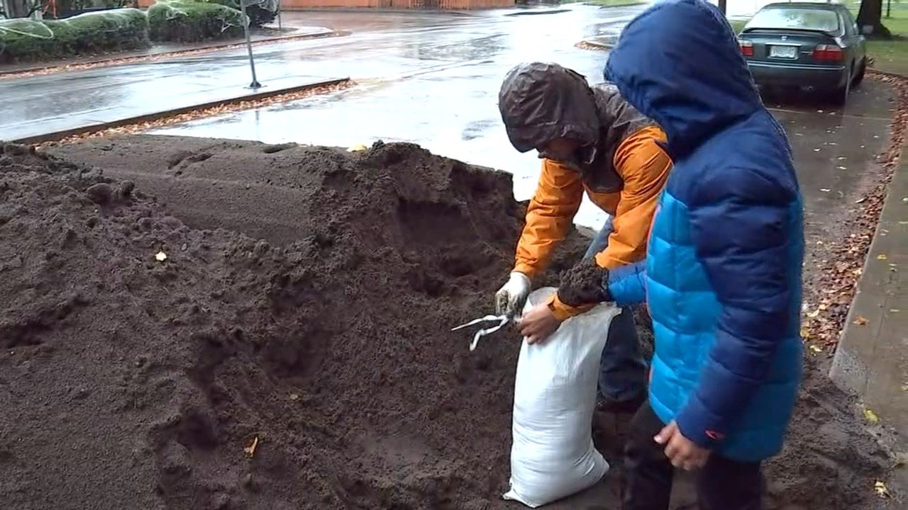 People filling sandbags Thursday in preparation for possible flooding. (KPTV)