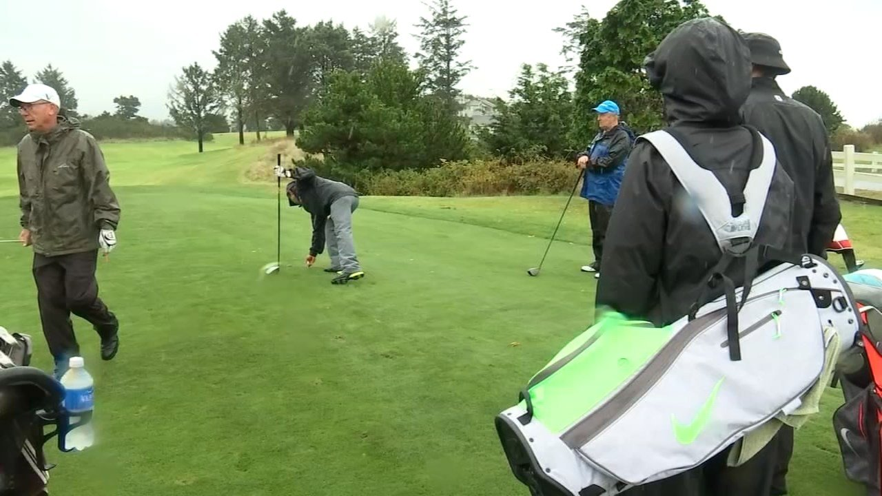 Golfers on the Oregon coast undeterred by the rain and threat of storms Thursday. (KPTV)