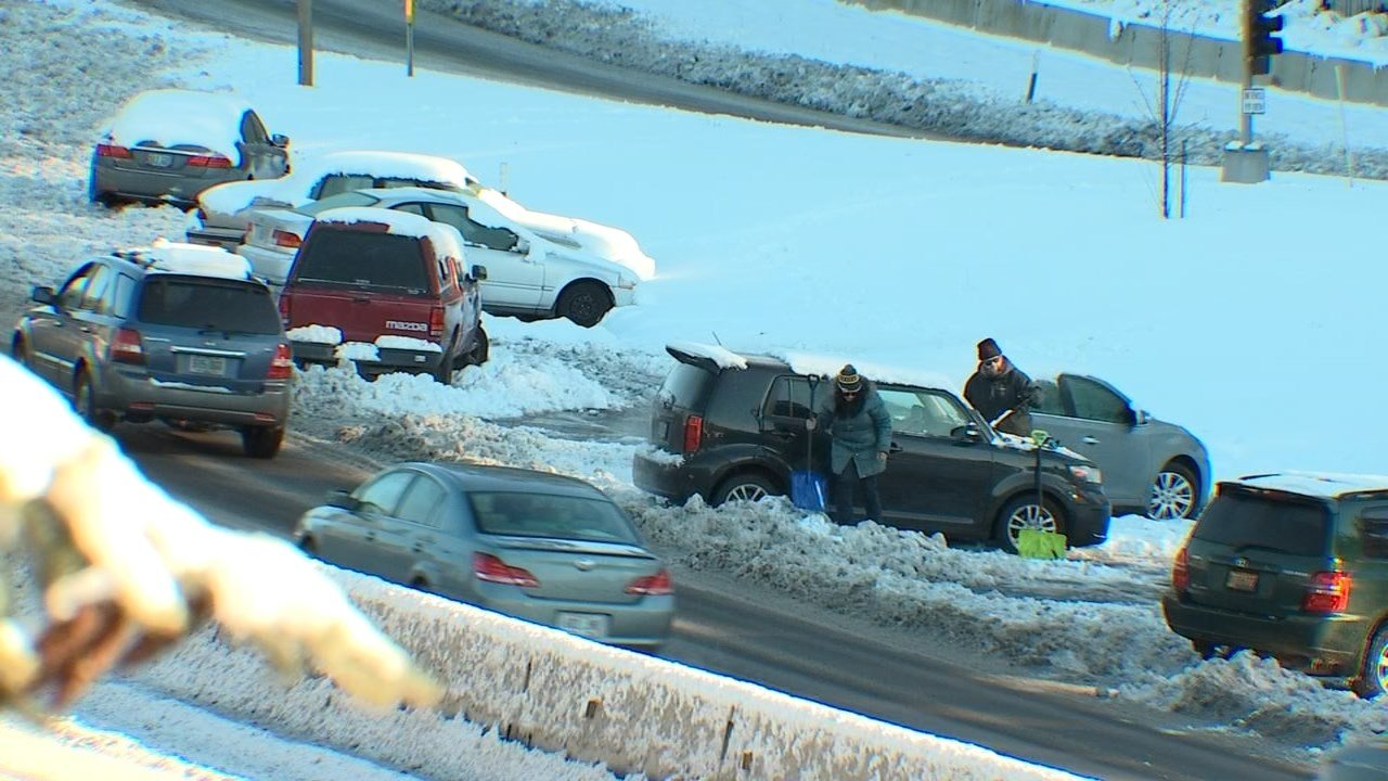 People returning to cars abandoned during snowstorm. (Source: KPTV)