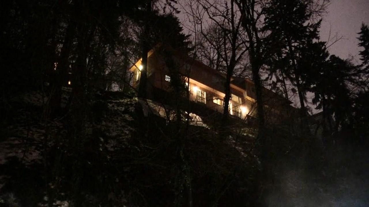 House above landslide on West Burnside. (KPTV)
