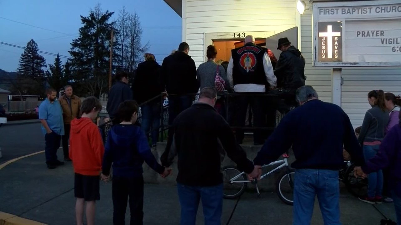 Candlelight vigil in Riddle after a fire led to the death of four children. (KEZI/CNN)