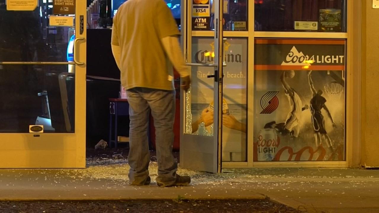 Broken front doors at Sadie Mae's. (KPTV)