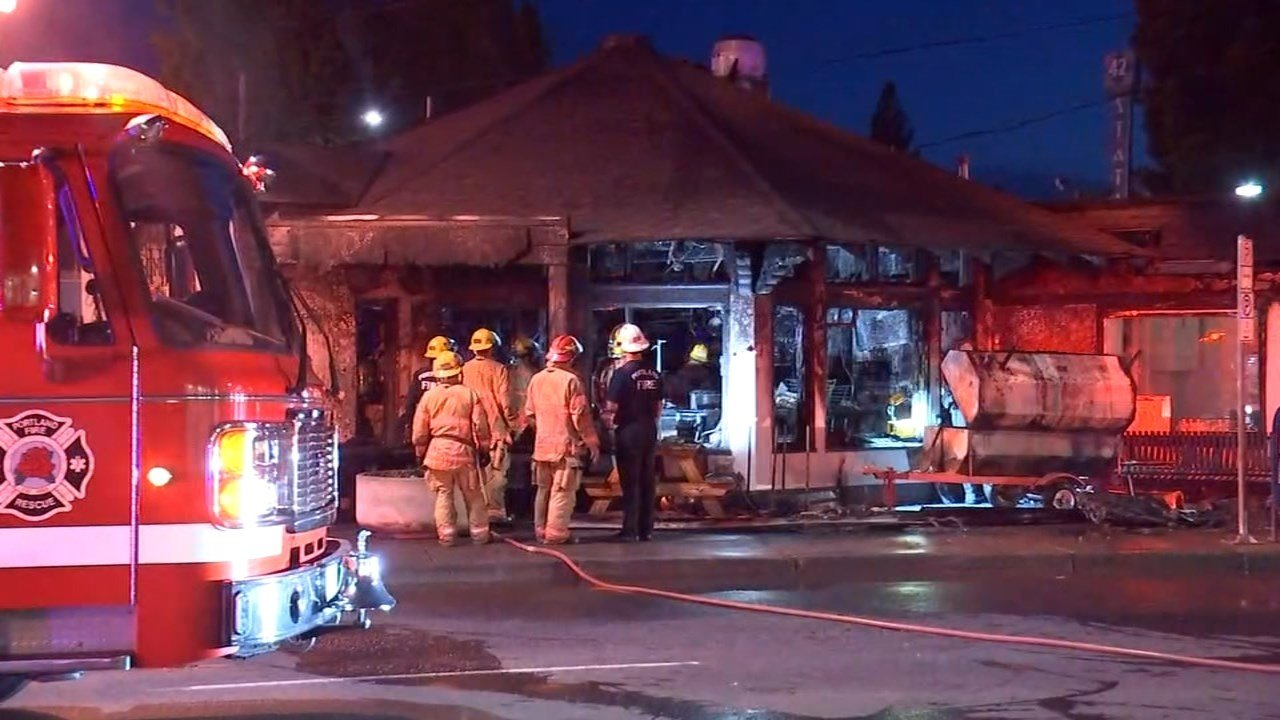 Fire at Reo's Ribs in northeast Portland. (KPTV)