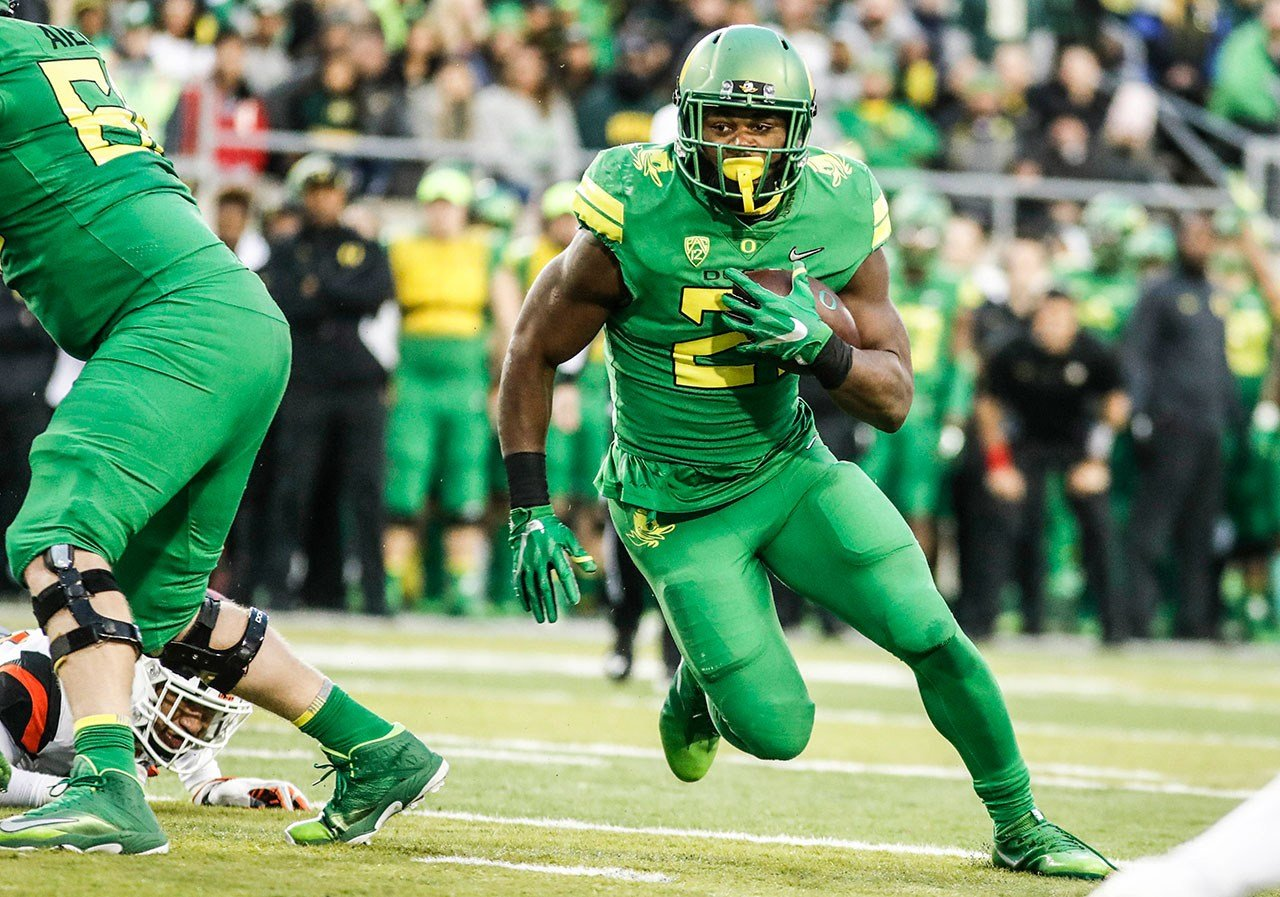 Oregon running back Royce Freeman (21), runs a first half touchdown against Oregon State in an NCAA college football game Saturday, Nov. 25, 2017 in Eugene, Ore. (AP Photo/Thomas Boyd)