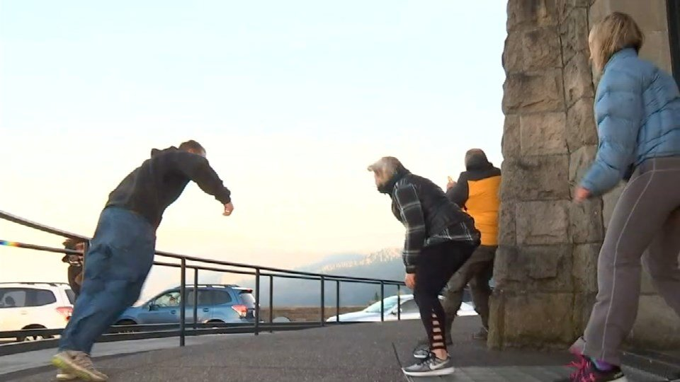 Strong Gorge wind gusts blow around Vista House visitors ...