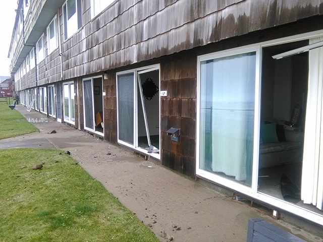 Strong wave damages condos in Lincoln City