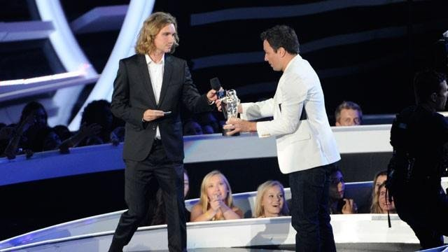 Jesse accepts the award for Video of the Year from Jimmy Fallon on behalf of Miley Cyrus on stage at the MTV Video Music Awards at The Forum on Sunday, Aug. 24, 2014, in Inglewood, Calif.  (Photo by Chris Pizzello/Invision/AP)
