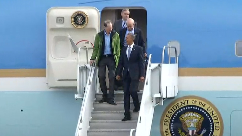 Pres. Obama walks off Air Force One with Oregon senators Ron Wyden and Jeff Merkley and Rep. Peter DeFazio