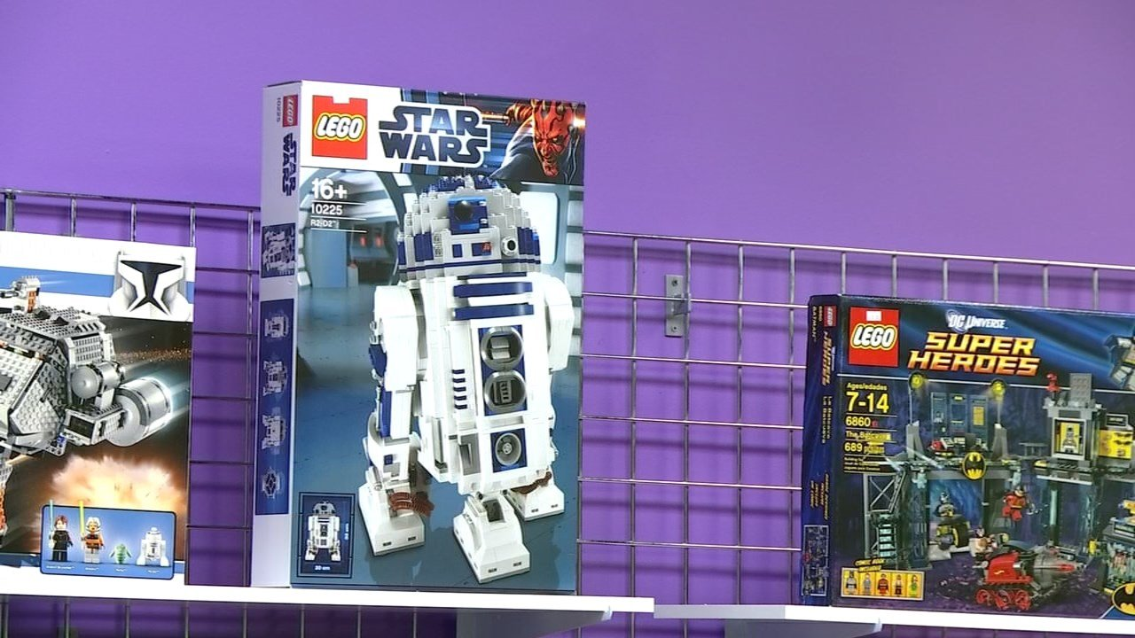 Similar Ultimate Collector Series R2-D2 Lego set as one stolen from Bricks & Minifigs in Beaverton