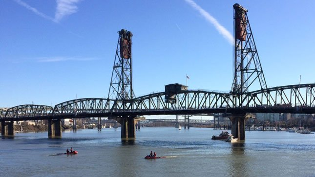 PF&R searching for person reported in the water near Hawthorne Bridge - @PDXFire